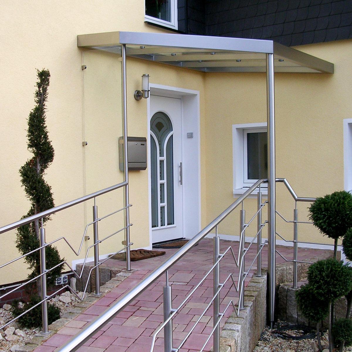 Edelstahl-Vordach-mit-umlaufender-Regenrinne