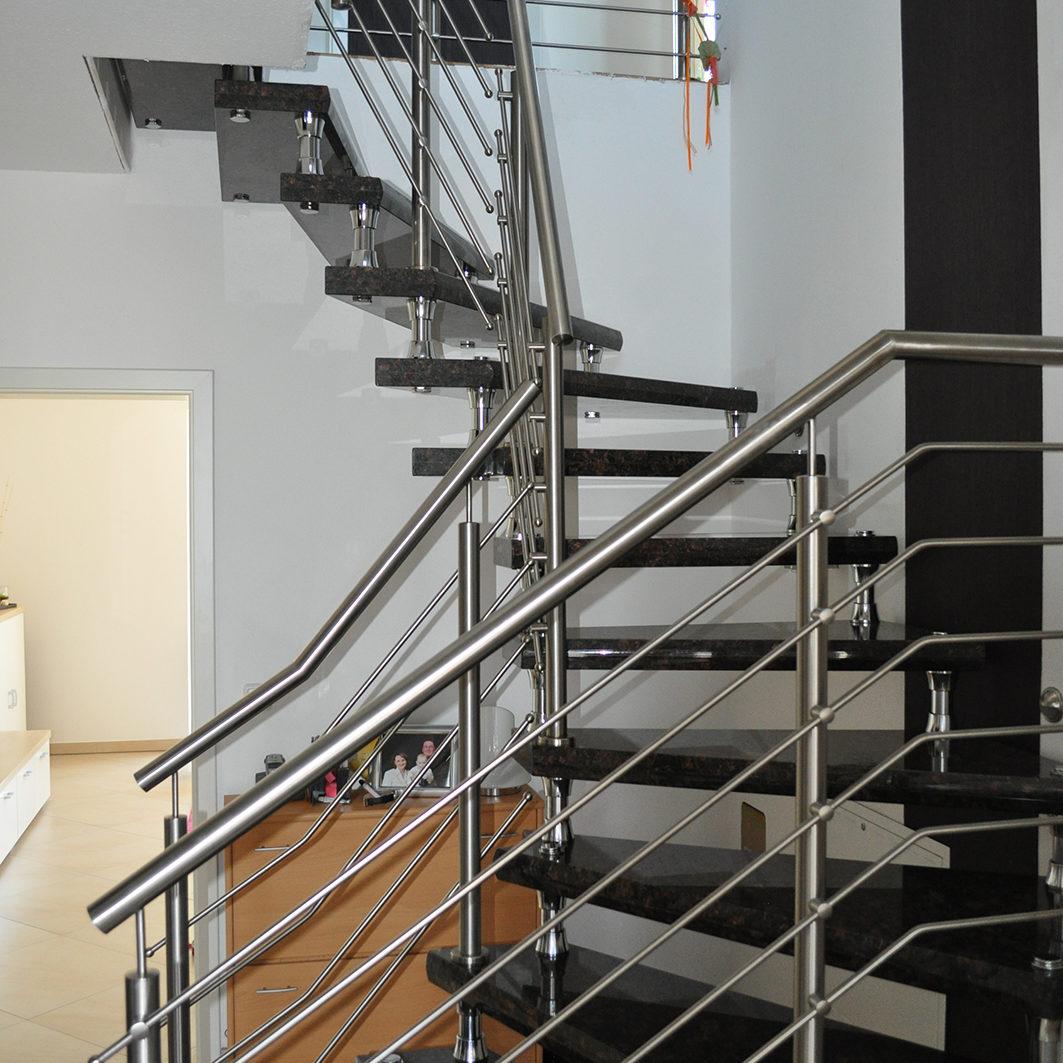 Treppengelaender-fuer-freihaengende-Treppe-aus-Edelstahl