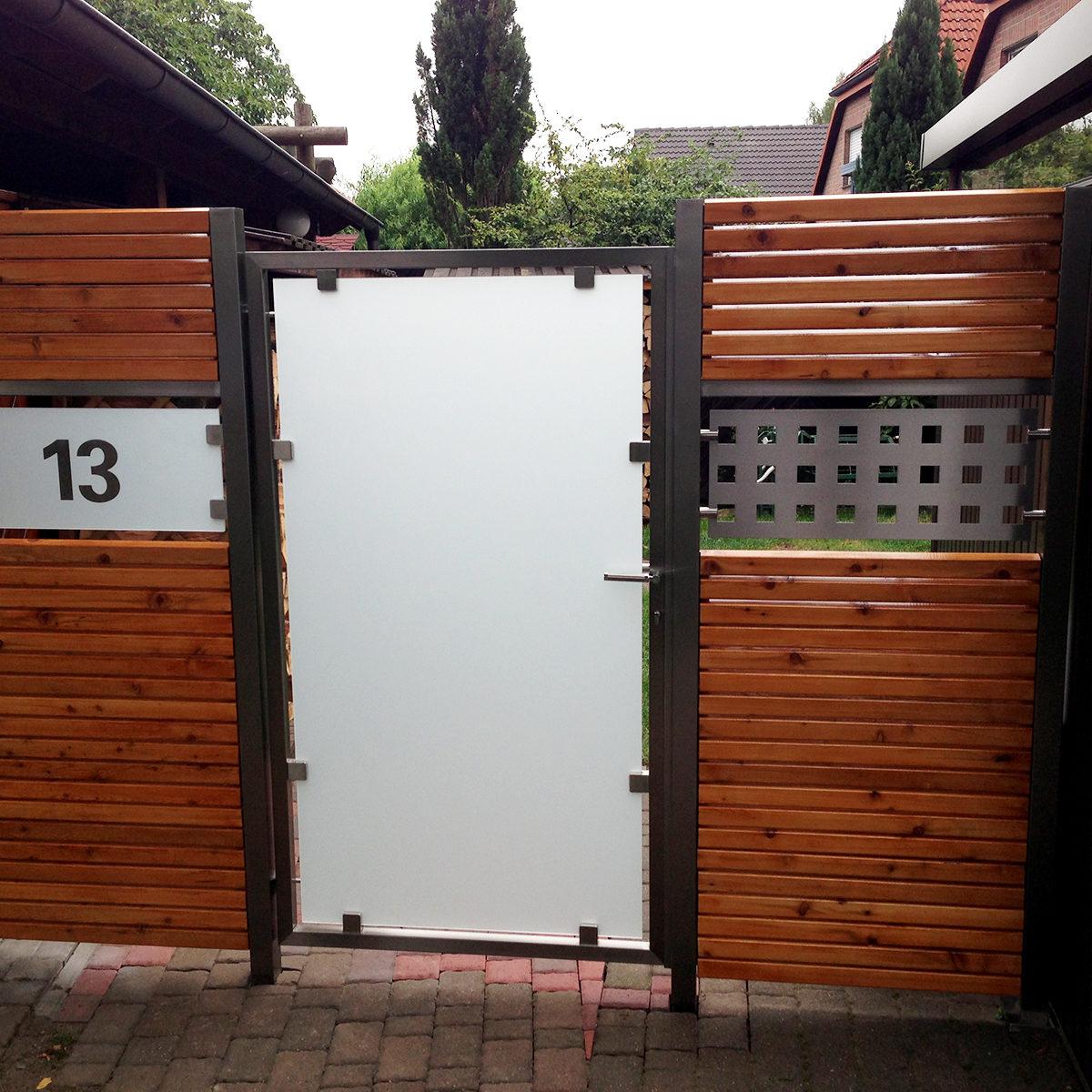 Tür-mit-Glasfüllung,-zwei-Festelementen-und-Rhombusprofilen-aus-sibirischer-Lärche